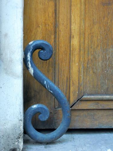 Guardarruedas junto a una puerta