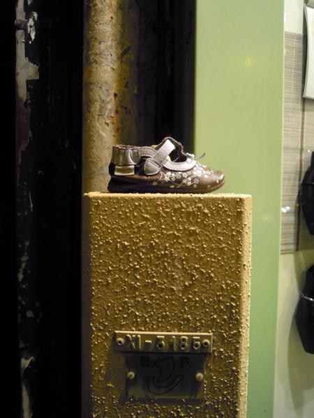 Zapato de niño perdido en la Rue du Faubourg Saint Antoine.