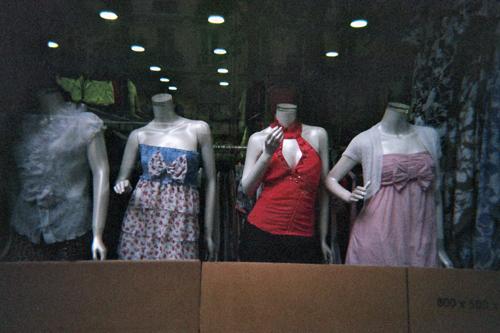 Para acabar, una foto de unos maniquís en una tienda china de ropa del Boulevard Voltaire