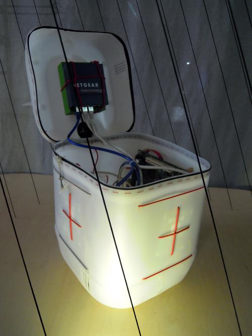 Caja de servidor hecha con una garrafa de plástico y unas cuerdas